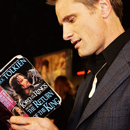 photo celebritiesreadingViggoMortensen_zps1e5cf70b.png