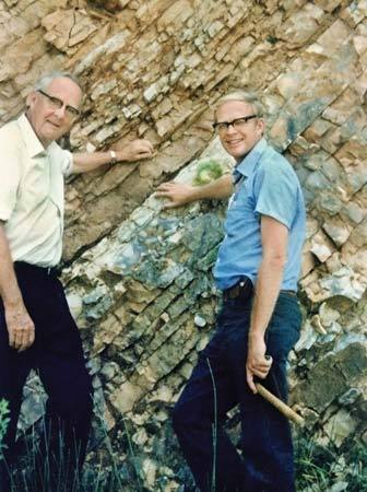 Luis and his son Walt discover that the dinosaurs were wiped out by a 10km meteor.