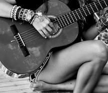 photo girl-guitar-love-rain-playing-the-guitar-Favim.com-962086_zpsc4nnmfpa.jpg