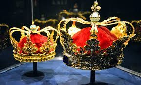 queen and king crowns: