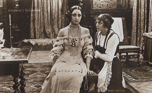 Tora Teje and Renée Björling in Klostret i Sendomir (1920)