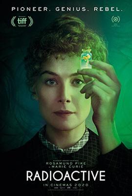 Radioactive: poster do filme onde Rosamund Pike, interpretando Marie Curie, olha para a frente segurando um pequeno frasco contendo Rádio, elemento químico descoberto pela cientista, que emite luminosidade radioativa.