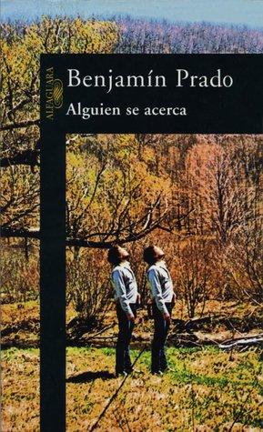 Alguien se acerca  by  Benjamín Prado