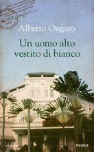 Un uomo alto vestito di bianco Alberto Ongaro