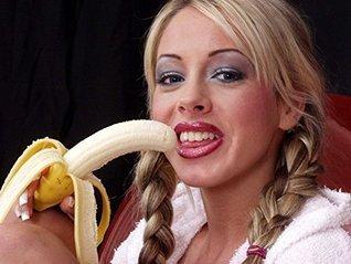 Photos de Nus - LErotique dune belle jeune fille de 18 ans (Ebook 2): Oeuvre dArt Photographique - Elle joue avec des bananes Artful Photography of Europe