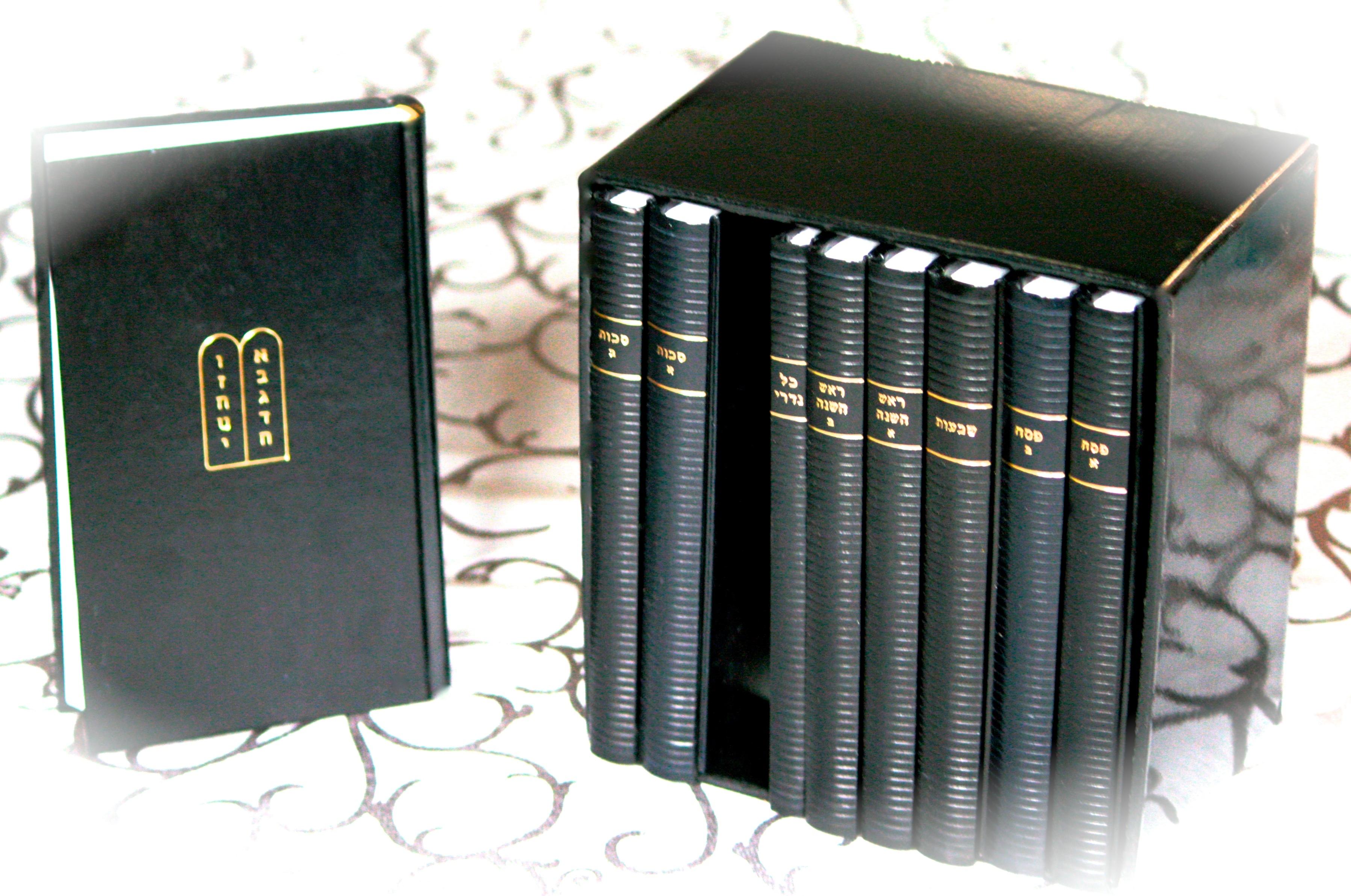 Gebetsbücher (Machsorim) für sämtliche Feiertage  by  Rabbiner Dr. Selig Bamberger